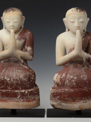 Coppia di discepoli birmani seduti, in alabastro